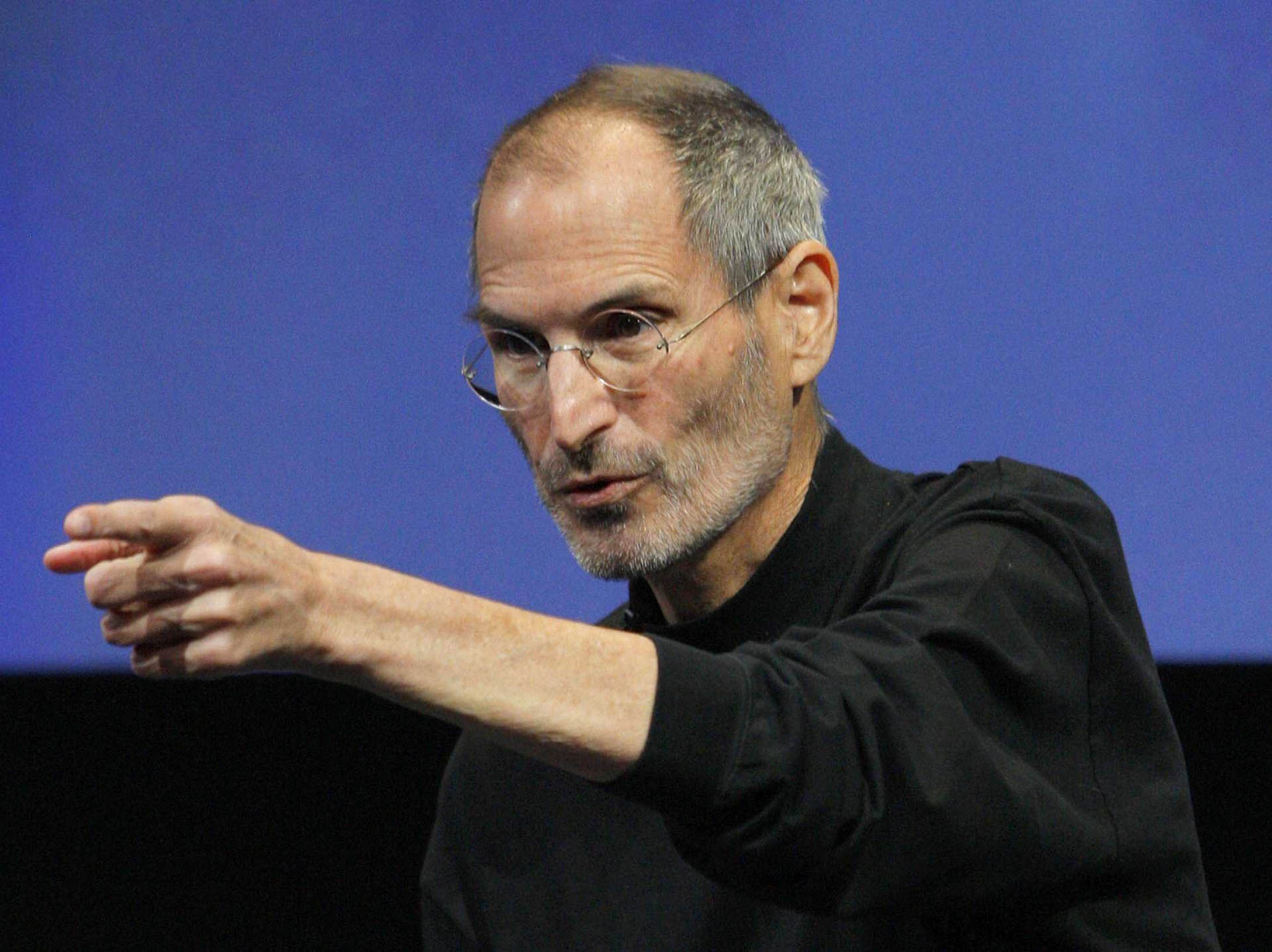 Steve Jobs indicating at some one while talking